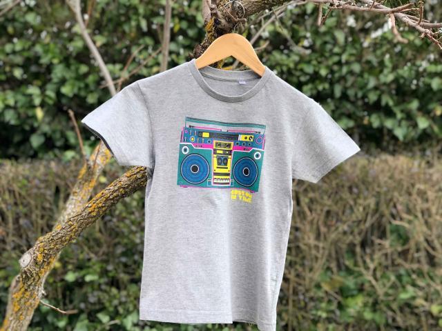 Impersión digital textil de un diseño gráfico a todo color sobre camiseta de algodón y poliester